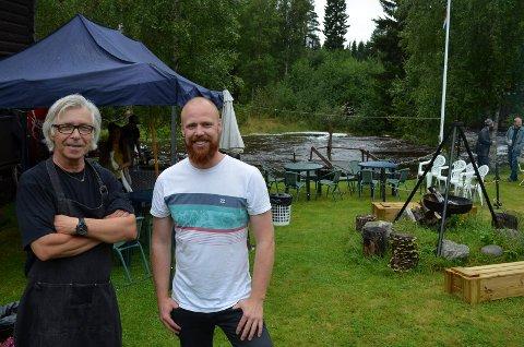 FLOTTE OMGIVELSER: Ølfestivalen ble arrangert i flotte omgivelser ved Terningåa. Her festivalsjef David Basteskår sammen med Steinar Hovland (til venstre) fra Vestsiden bryggelaug i Elverum. (Foto: Bjørn-Frode Løvlund)