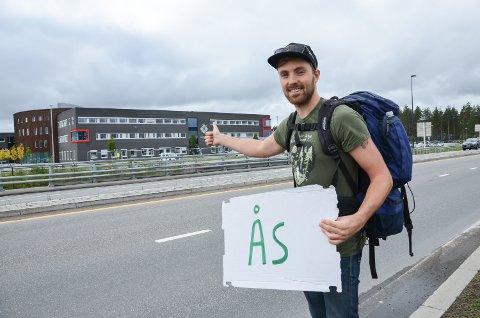 STUDIER: Martin Løken haiker fra Elverum til Ås på forelesning i byplanarbeid
