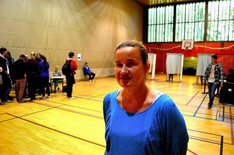 NY JOBB: Marie Gudlaug Holenbakken er Gjøvik videregående skoles nye rektor. Hamarsingen kommer fra jobb som avdelingsleder ved Elverum videregående skole. Her avbildet i forbindelse med skolevalget i Elverum i 2013.