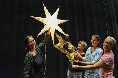 FLERE MED PÅ REISEN: PåTvers Teatret i Åmot vil ha med så mange som mulig på Reisen til julestjernen. Fra venstre Caroline Rolstad, Turid Athammer, Hanne Kristin Medlien og Ellis Van Dijk.