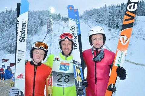 GODE RÅD: Truls Sønsthagen, Elverum Hopp (i midten) gir gode råd til de lovende kombinertløperne fra Trysil gutten il, Halvor Lutnæs (tv) og Marius Nordsveen - som debuterte i Renabakken lørdag.