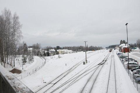 GANGBRU: Konflikten med Bane Nor handler om bygging av ei gangbru over jernbanen. Området som skal reguleres ligger vest for jernbanen mot Vestad skole.