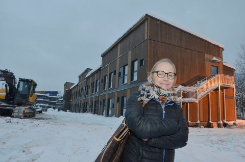 FÅR IKKE MEDHOLD: Styreleder Ine Beate Nesset har foreløpig ikke fått medhold av setterådmennene i Stor-Elvdal eller i Ringsaker i sine klager mot Åmot kommune. I bakgrunnen Fabrikkveien Hybelutleie med 140 studenthybler i Rena Syd.