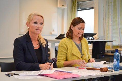 NY JOBB: Anne Christel Johnsgaard (t.v.) er ansatt som direktør ved Handelshøgskolen Innlandet - Fakultet for økonomi og samfunnsvitenskap. Til høyre styreleder Elin Nesje Vestli i Høgskolen i Innlandet. (Foto: Bjørn-Frode Løvlund)