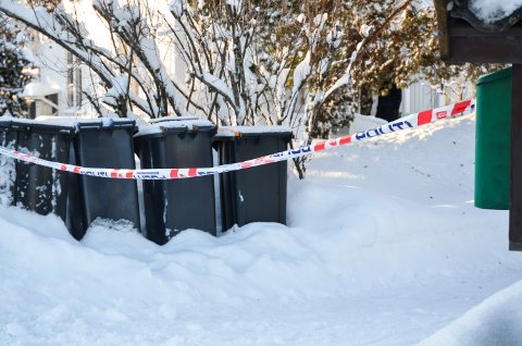 POLITIBÅND: Politiet satte opp sperringer ved huset i Sven Morens veg i Elverum søndag.
