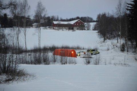 LETER: Lørdag morgen var politiet og sivilforsvaret fortsatt på plass i Fagerlundvegen i Brumunddal.