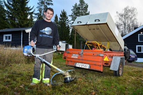 HJEMMEKONTOR: Ole Henrik G. Myrvold styrer det nye firmaet sitt fra onkels eiendom i Søndre Elverum, og har alt han trenger av utstyr i hengeren.