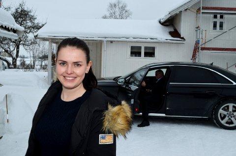 HEKTISK: Karine Skaret (Frp) fra Elverum forteller at det å være politisk rådgiver er en hektisk og spennende jobb. Her foran regjeringsbilen på Lillehov i Løten. (Foto: Bjørn-Frode Løvlund)