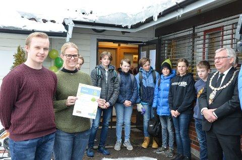 DIPLOM: Samuel Braaten fra Ungdommens fylkesting (til venstre) kom med diplom til Elverum kommune ved helsesøster Guro Bjaadal for åpningen av Hedmarks første og Norges tredje helsestasjon for gutter.