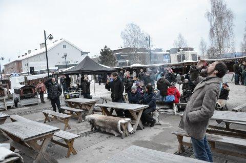 KVINNEDAGEN: Mannfolka på mart'nsåpning på Rådhusplassen sang Helan går og skplte for damene med fiktive ølglass i anledning kvinnedagen.