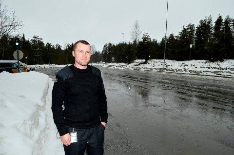 IKKE EN RUSSEBUSS Å SE: Det var ingen russebusser å se på Husum torsdag ettermiddag, noe Martin Vercouteren i Statens vegvesen syntes var beklagelig. (Foto: Bjørn-Frode Løvlund)