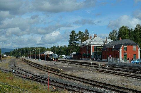 MÅ ELEKTRIFISERES: Også Elverum stasjon må elektrifiseres i løpet av få år, mener fylkestinget. (Foto: Bjørn-Frode Løvlund)