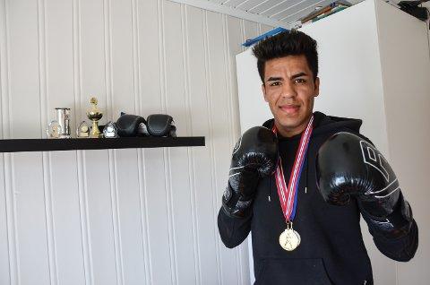 BOKSER: Zohor Hamad Noori  reiser til Raufoss to dager i uka for å trene med Raufoss bokseklubb.  Her med medaljer og premier på rommet sitt på bofellesskapet i Elverum.