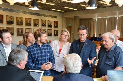 DISKUTERER: Gruppelederne diskuterer avstemningsorden. Fra venstre: Yngve Sætre, Eldri Svisdal, Martin Løken, Kersti Grindalen, Ingvar Midthun, Ernst Tore Bekken og Kaare Aaneby. Arnfinn Uthus og Erik Hanstad sitter med ryggen til.