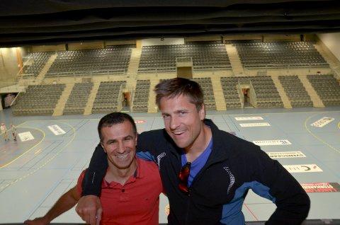 HER BLIR DET LIV: Robert Paulsbyen og Daimi Akin, promotor og landslagstrener i Terningen Arena. - Et fantastisk sted for boksestevner, sier Akin.