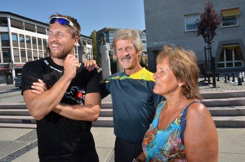 GLEDER SEG: - Visst kommer vi på VM-kampen din, sier Jan Helge og Anne Grete Grøtbekklien fra Elverum. Her sammen med Elverums store sønn, kickbokserverdensmesteren, Robert Paulsbyen.