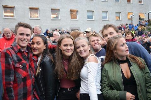 DIGGER: Ungdom digger Vkingarna. Fra venstre: Edvard Stensby, Hernes, Kine Borg Børresen, Skogen, Caroline Lund, Elverum,  Emilie Sømo, Hernes.
