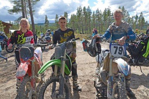 Malin Åsen Øien (18), Carl Christian Ekrehagen (17) og Kjell Eirik Åsen Øien (16) står sentralt i motorsportmiljøet i Folldal.