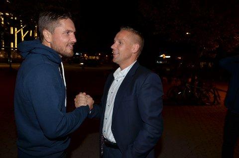 IMPONERT: Sjefen for Telemarkbataljon, Ole Christian Emaus i samtale med Robert Paulsbyen etter VM-kampen i Terningen Arena. Nå vil han ha besøki Rena leir.