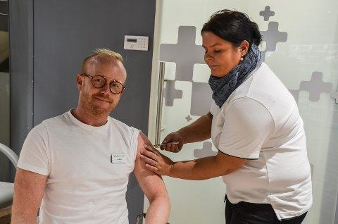Apoteker Johan Stensson får satt influensavaksine av apotektekniker Monica Larsen.