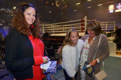 PÅ PLASS: Gine Bjørnebo, datter Aleksandra og svigermor Solrun Paulsbyen på plass i Terningen Arena.