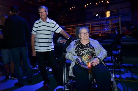 STORT: Åse Jones (83) bare måtte til Terningen Arena for å se Paulsbyens tittelkamp. Hennes mann, Bill Jones var Roberts første trener på Vestad skole i Elverum. Her sammen med Bjørn Rudquist.