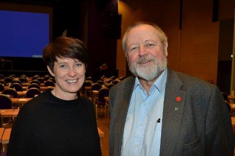 FRA DIREKTØR TIL POLITIKER: Stein Tronsmoen, her sammen med fylkesvaraordfører Aud Hove, har fått permisjon fra direktørjobben på Tynset sykehus for å bli heltidspolitiker.(Foto: Bjørn-Frode Løvlund)