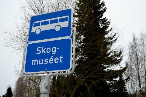 SKILT MED STEDSNAVN: Her er et av de 412 nye busstoppskiltene med stedsnavn i Hedmark.