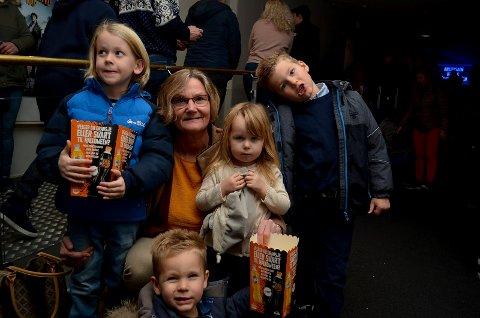 DEN STORE KINODAGEN: Kari Moe tok med seg barnebarna  Noah, Adrian, Julian og Eira på kino i Elverum på Den store kinodagen.  – Det er tradisjon, sier hun. (Foto. Bjørn-Frode Løvlund)