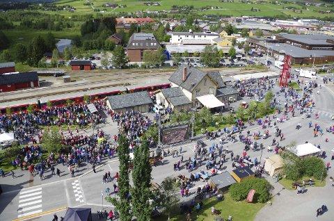 MAURTUE: Bilde er fra da NRK's Sommertog inntok Tynset sentrum i 2017. Da var det folksomt som vi kan forvente i en by.