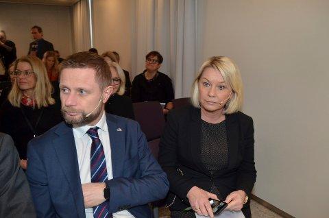 ALVORLIG: Helse- og omsorgsminister Bent Høie (H) og kommunalminister Monica Mæland (H) på pressekonferansen om Tolga-saken. I bakgrunnen Tolga-ordfører Ragnhild Aashaug. (Foto: Bjørn-Frode Løvlund)