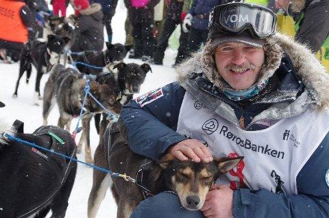 KRITISK: Robert Sørlie er sterkt kritisk til utviklingen i langdistanse hundekjøring. Han ønsker å flytte mer av ansvaret tilbake til hundekjørerne. Her er han fotografert etter målgang på Femundløpet.