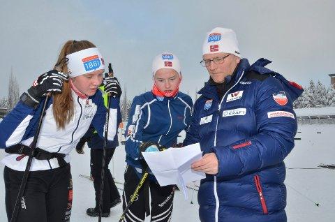 RENNLEDER: Per Tommy Enger fra Hernes har jobbet med arrangement i Norges Skiforbund i 11 år. Nå er han rennleder i Holmenkollen. Her sammen med to av landets mest lovende kvinnelige kombinertløpere, Marte Leinan Lund, Tolga IL (til venstre) og Gyda Westvold Hansen, Nansen IL under fjorårets kontinentalcup på Rena.