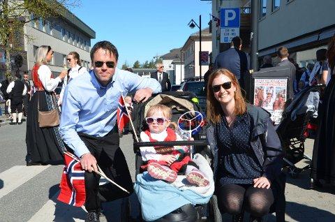 STILLE: Familien bestående av Roger Lindstad, Nora Lindstad og Karina S. Bakken ble gående i det stille et stykke bak i barnehagetoget. Korpsmusikk hørte de ingenting til.