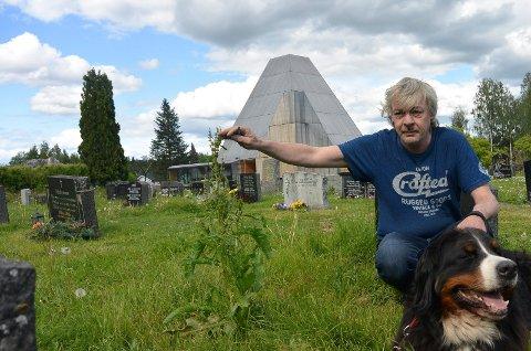 STOR SKAM: – Slik skal det ikke se ut. Det er en stor skam at kirkegården skal se slik ut, sier Ove Johnny Solberg i Våler.