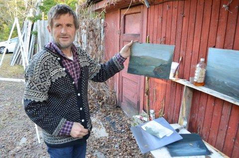 STILLER UT I HAMAR: Magnar Rismyhr, kunstmaler fra Elverum, stiller nå ut en rekke av bildene sine i Fylkeshuset i Hamar. (Foto: Rune Hagen)