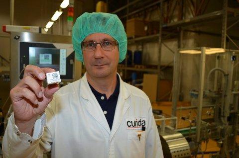 ØKT SIKKERHET: Seniorprosjektleder Jo Simensen sier det øker sikkerheten for pasientene at alle esker med reseptbelagte medisiner nå utstyres med en unik kode. (Foto: Bjørn-Frode Løvlund)