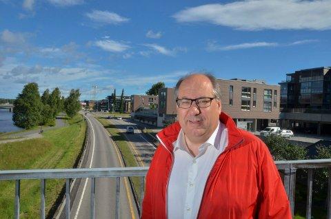 BOMDILEMMA: Per-Gunnar Sveen (Ap) fra Elverum satser på å bli heltidspolitiker også i Innlandet fylkeskommune. Om det bør være bom eller ikke på gamlevegen mellom Elverum og Løten, synes han er et vanskelig dilemma.