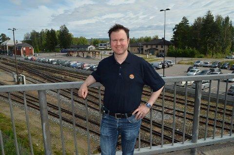 FOR FÅ P-PLASSER: Yngve Sætre (H) mener det er for få parkeringsplasser ved skysstasjonen i Elverum.