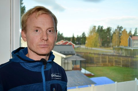 KRITISK: Thomas Rønningen kan se både Rørosbanen og Terningmoen fra huset sitt. Han er kritisk til at det er boligområdet som ligger an til å bli ofret når det skal bygges tilsving mellom Rørosbanen og Solørbanen.