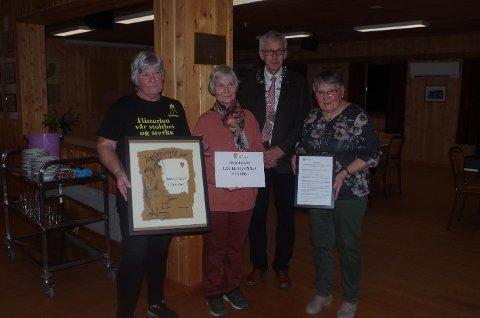 FORTJENT HEDER: Fra venstre Berit Thoresen, Liv Burud og Britt Rundberget fikk fortjent heder og pris overraktav ordfører Ola Cato Lie.