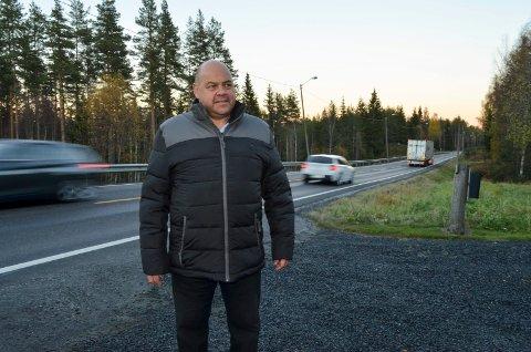 KLAR BESKJED: Beskjeden fra leder Arne Foskum i Midtskogen velforening er at bompengeinnkrevingen på gamlevegen mellom Elverum og Løten må komme i gang for å få ned trafikken på vegen.
