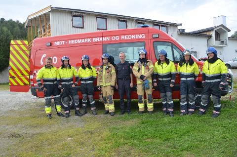 BRANNKORPSET I TOLGA: Her er brannkorpset i Tolga samlet foran brannstasjonen i 2017.