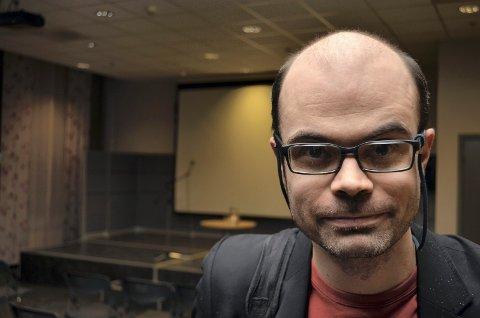 NÅDDE FRAM: Kritikken fra fylkestingsrepresentant Hans Olav Lahlum har nådd fram til Innlandstrafikk. Nå kan han og andre uten smarttelefon kjøpe billett via sms.