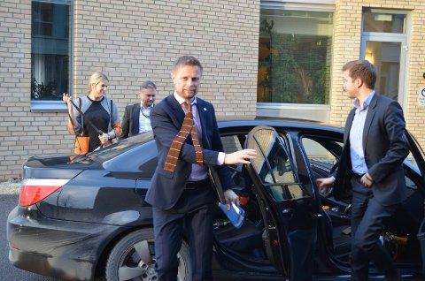 INGEN NYE LØFTER; Helse- og omsorgsminister Bent Høie (H), her under et besøk i Helse Sør-Østs hovedkontor i Hamar, viser kun til tidligere vedtak når han sier at Mjøssykehuset skal ligge ved Mjøsbrua.