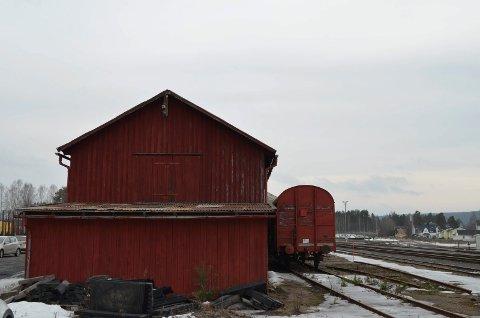 ISHUSET: Det gamle ishuset på Elverum stasjon skal rives.
