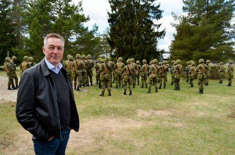 STYRKER TERNINGMOEN: Pilotprosjektet for felles rekruttutdanning for Hæren fortsetter på Terningmoen med sikte på permanent etablering i 2021. Her forsvarsminister Frank Bakke-Jensen (H) under et besøk på Terningmoen tidligere i år.