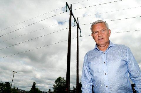 KRITISK: Huseier Jan Eirik Krey i Moskusvegen er kritisk til at Elvia ikke vil flytte denne kraftlinja vekk fra boligområdet.