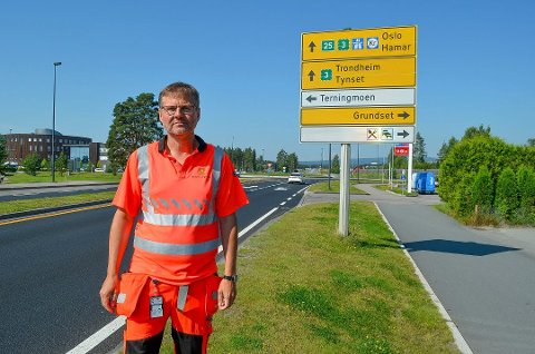 SJEKKER STØYEN: Assisterende prosjektleder Arne Meland opplyser at Statens vegvesen vil undersøke de innmeldte støyproblemene nord for rundkjøringen i Åkroken.