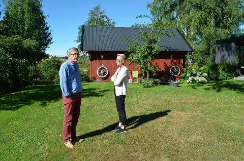 SLUTT PÅ FREDEN: Ole Karlsen og Gerd Granhaug i Løten plages av kontinuerlig trafikkstøy etter at nyvegen åpnet i fjor sommer.